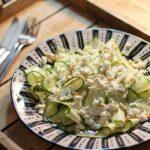 Zucchinisalat mit Schafskäse und Pinienkernen