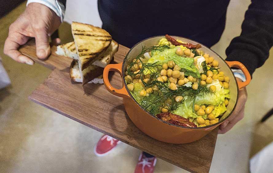 Ein Topf mit einem Gemüsegericht aus Kichererbsen, Wirsing und Fenchel