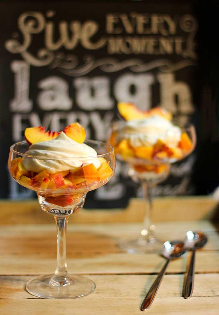 Dessertgläser mit Pfirsichwürfeln, darauf Mascarponecreme.