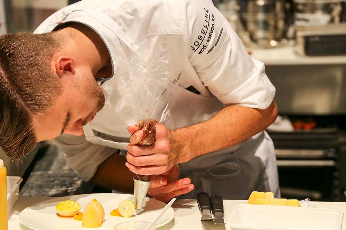 Patissier Mathias Fehr bereitet einen Dessert zu