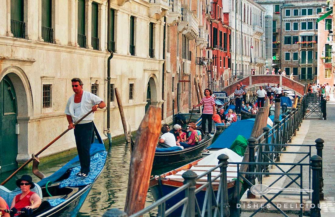 Gondeln stauen sich in einem Kanal von Venedig
