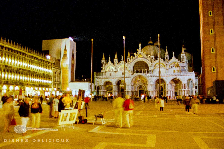Der Markusplatz abends in Venedig