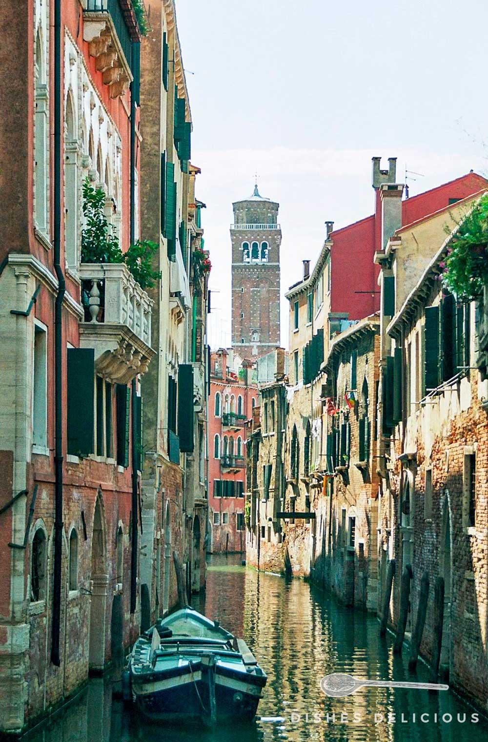 Ein Kanal in Venedig, in dem ein Boot ankert.
