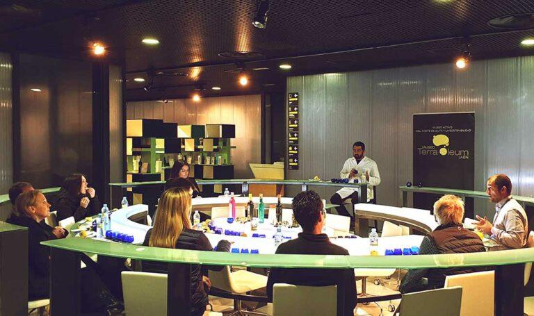 Olivenöl-Workshop: mehrere Verkoster sitzen an einem ovalen Tisch