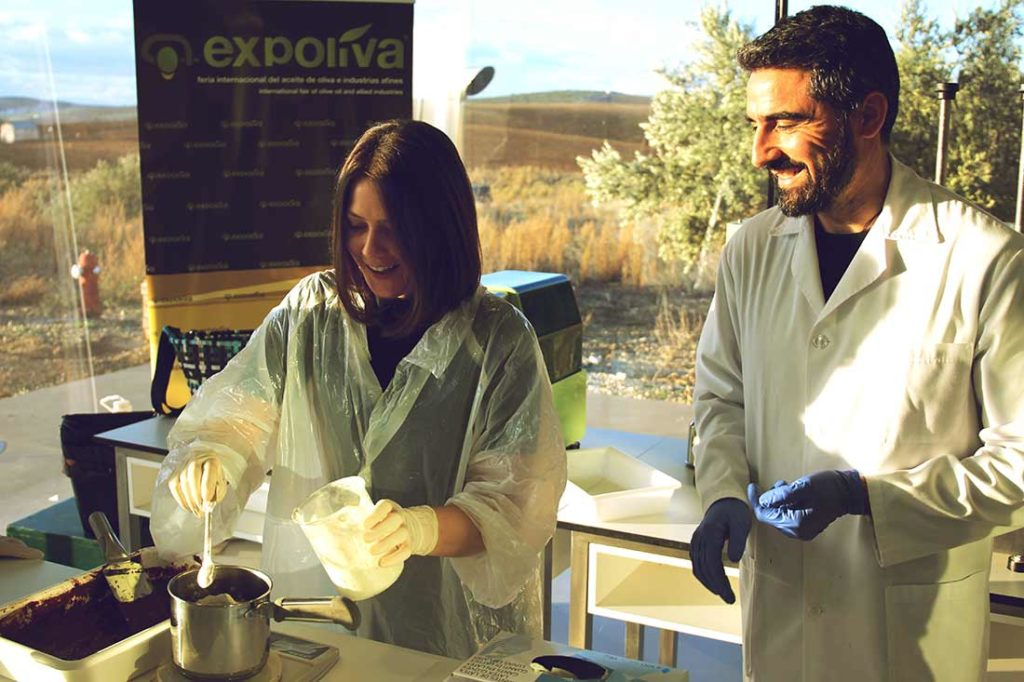 Food-Bloggerin Kim und Terra Oleum Cheftester Francisco Rodriguez arbeiten im Labor