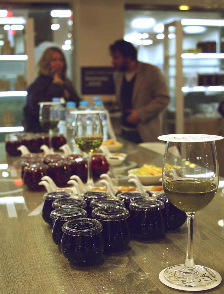 Olivenöl-Tasting: mehrere Olivenöle stehen auf einem Tisch zur Verkostung bereit
