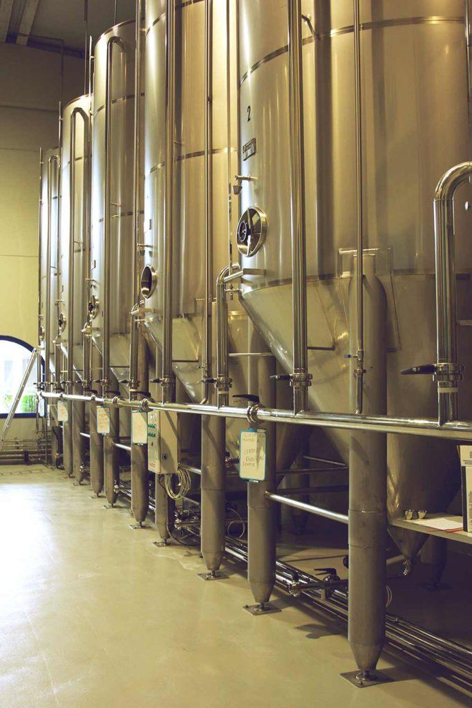 Große Stahltanks, in denen Olivenöl aufbewahrt wird.