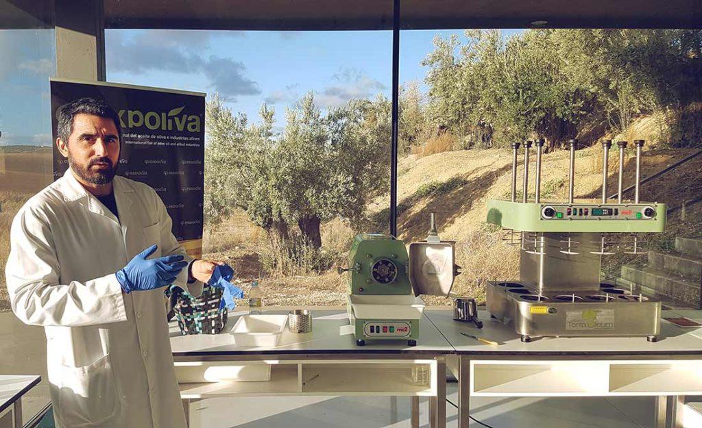 Olivenöl-Tester Francisco Rodriguez in seinem Labor