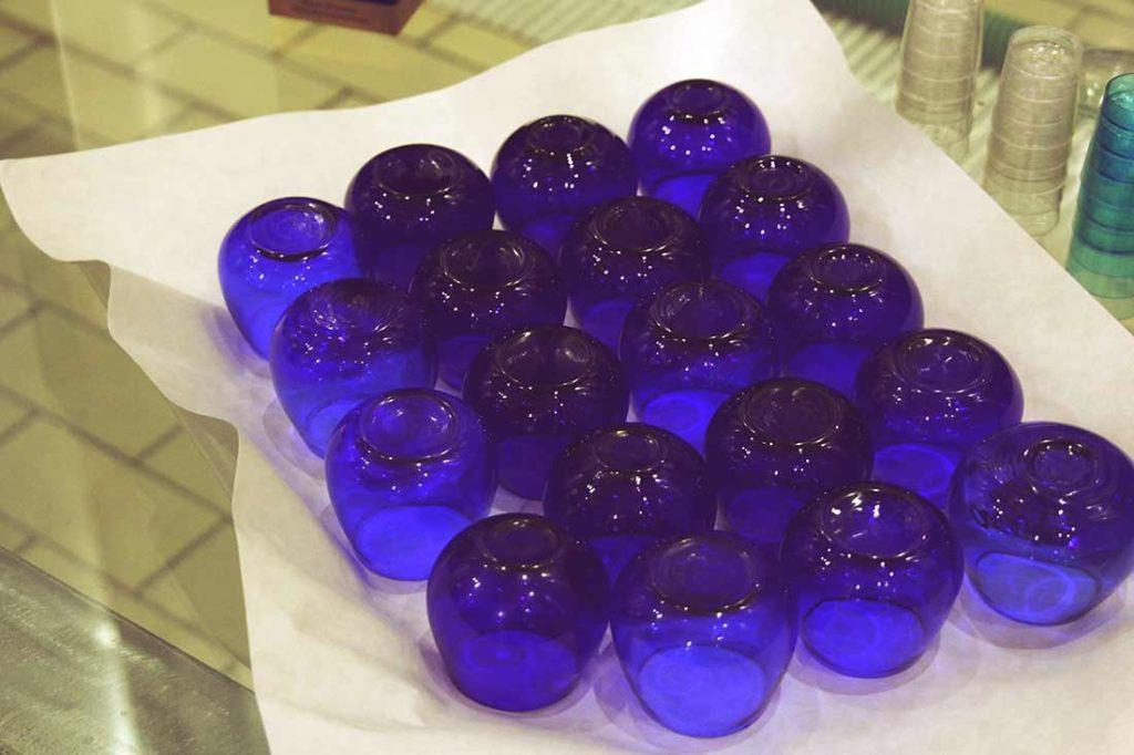 Eine Tablett mit blauen Verkostungsgläsern