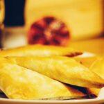 Arabische Teigtaschen mit Lammhack und Joghurt-Minze-Sauce