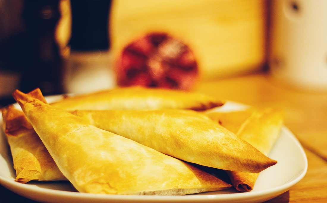 Mehrere arabische Teigtaschen auf einem Teller