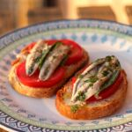 Crostini mit Tomate und Sardellen