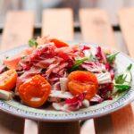 Salat mit Aprikosen, Mozzarella und Schinken