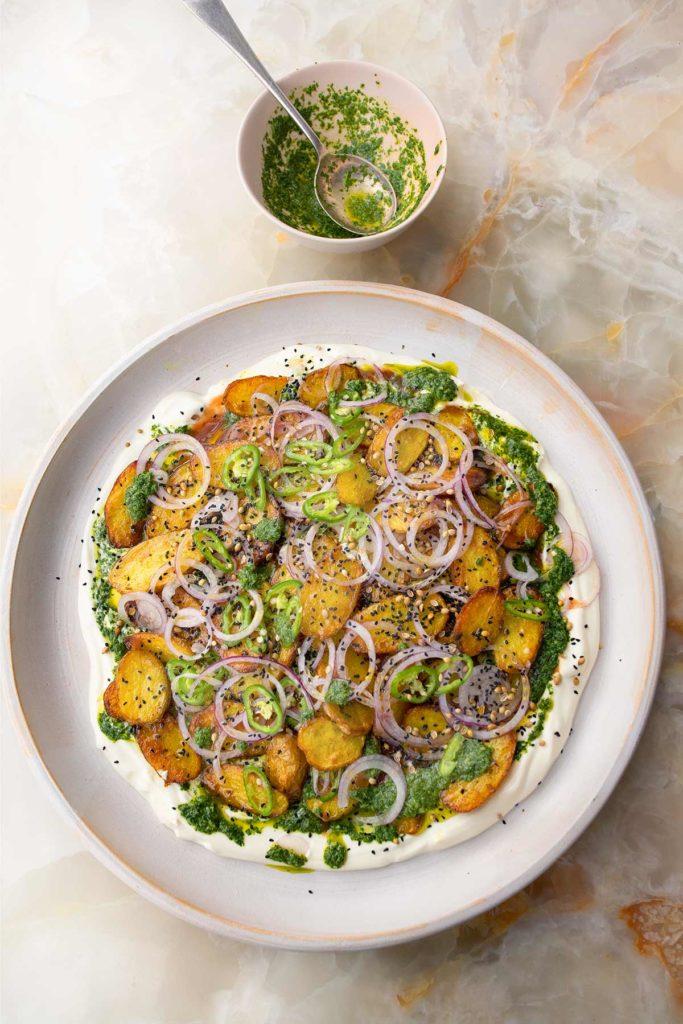 Ein Teller mit Kartoffeln, in säuerlichem Chaat-Masala gegart