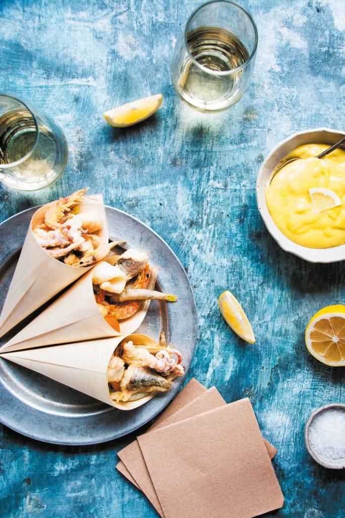Frittierte Fische und Meeresfrüchte in Papiertüten