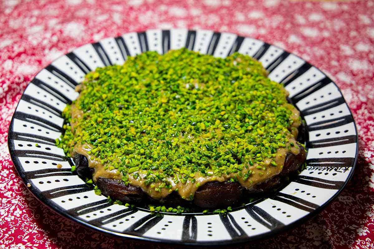 Ein Servierteller mit dem Dattel-Pistazien-Dessert Ranginak.