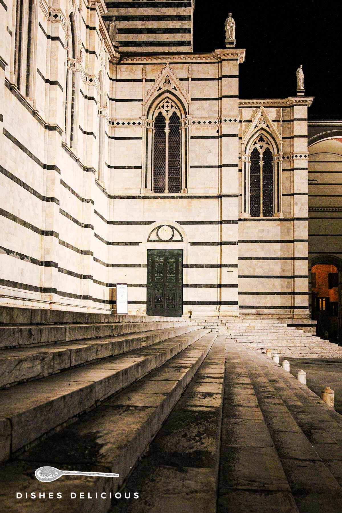 Der Seitenflügel des Doms von Siena am späten Abend