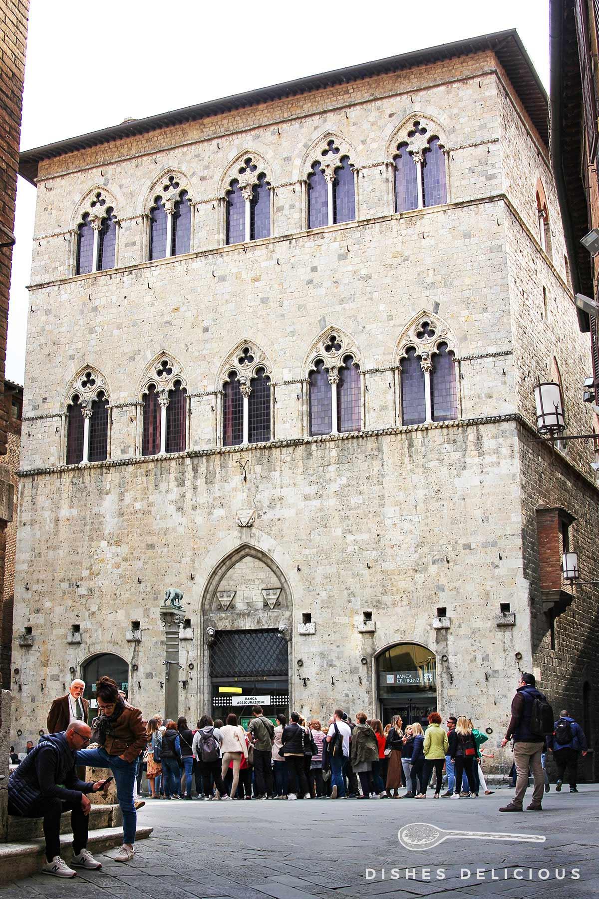 Der Renaissance-Palast Palazzo Tolomei.