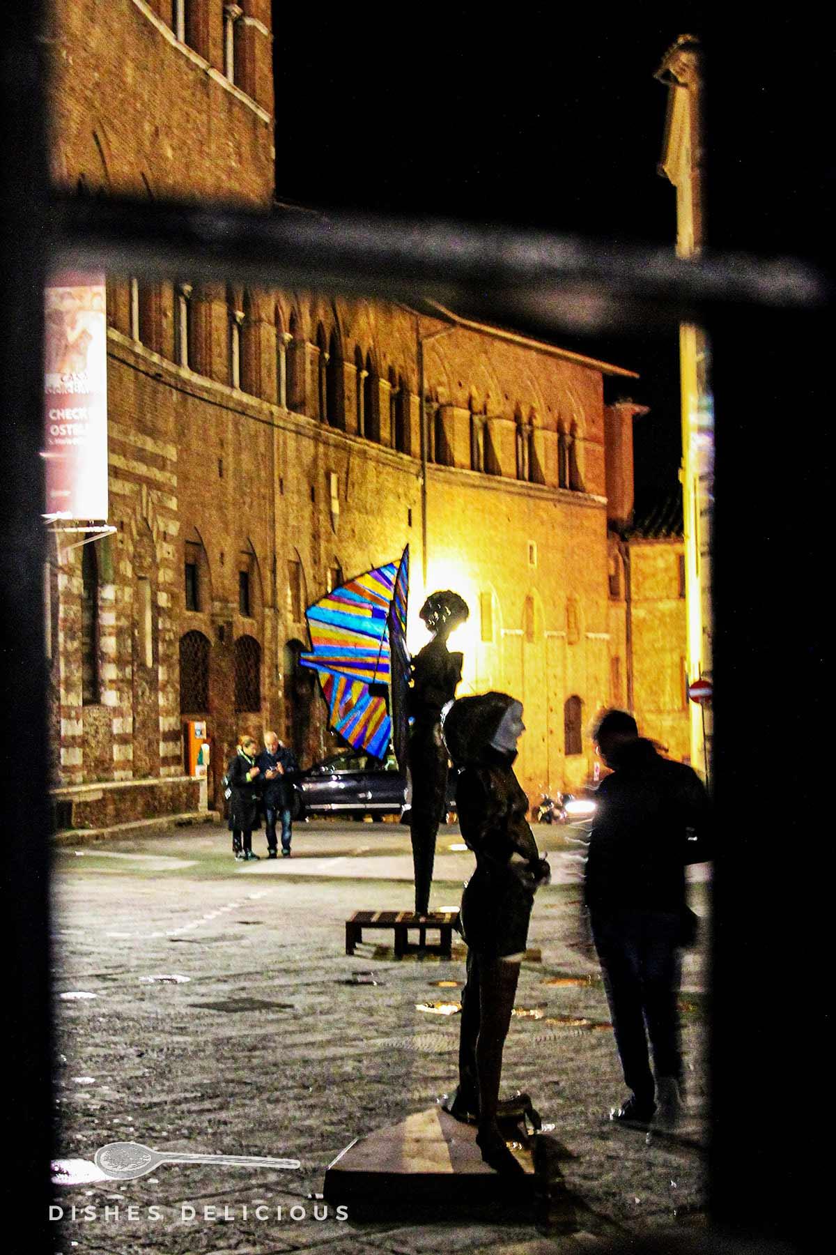 Kunst-Skulpturen an der Piazza Duomo in Siena.