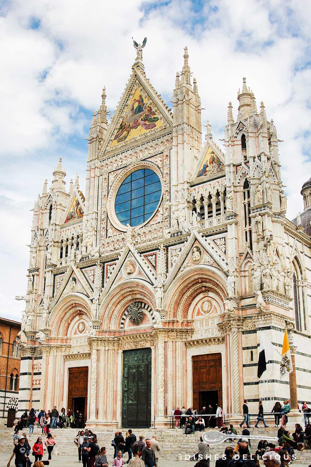 Detailreich verzierte Fassade des Doms von Siena.