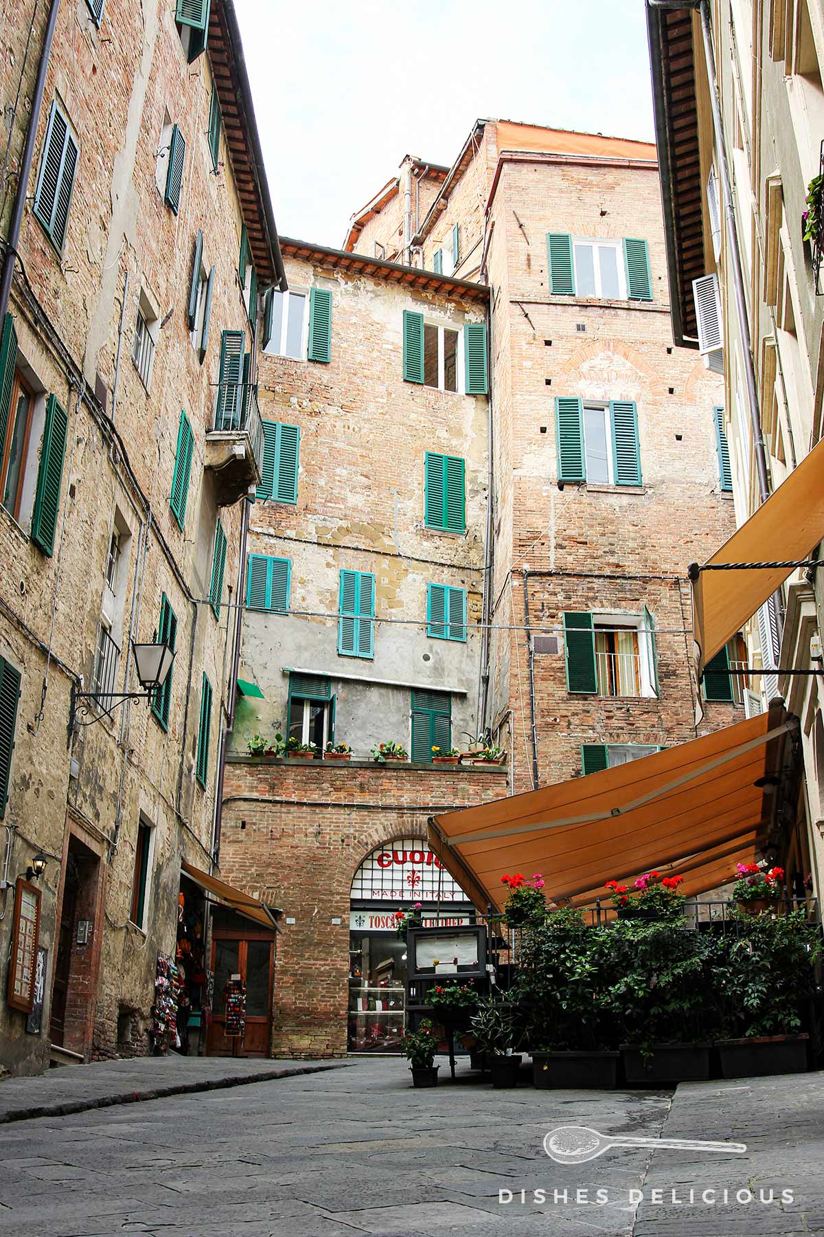 Straßenansicht in der Altstadt von Siena.