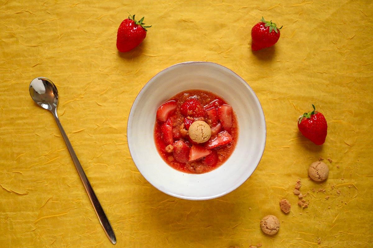 Foto von einem Schälchen mit Erdbeerragout, verziert mit einem Amaretti-Keks.