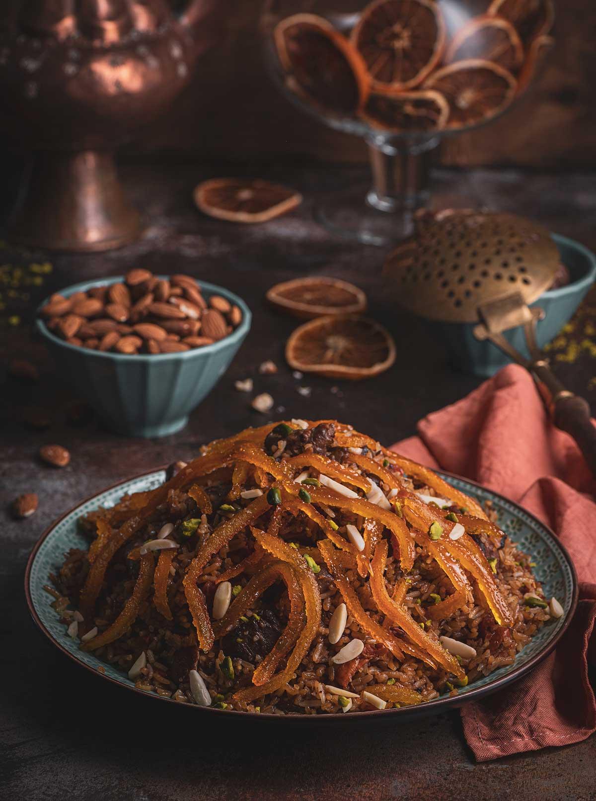 Foto eines Tellers mit Lammfleisch auf Reis, garniert mit Orangenschalen.