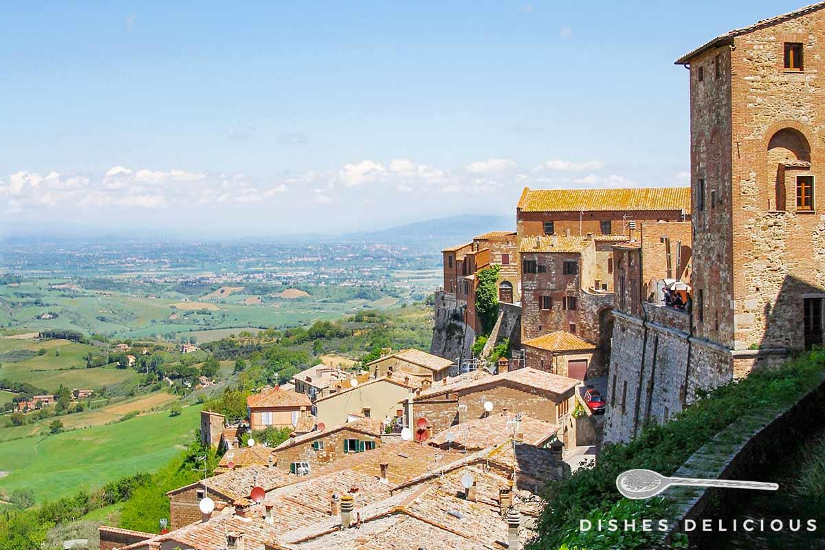 Foto von Montepulciano mit weitem Ausblick in das Hinterland.