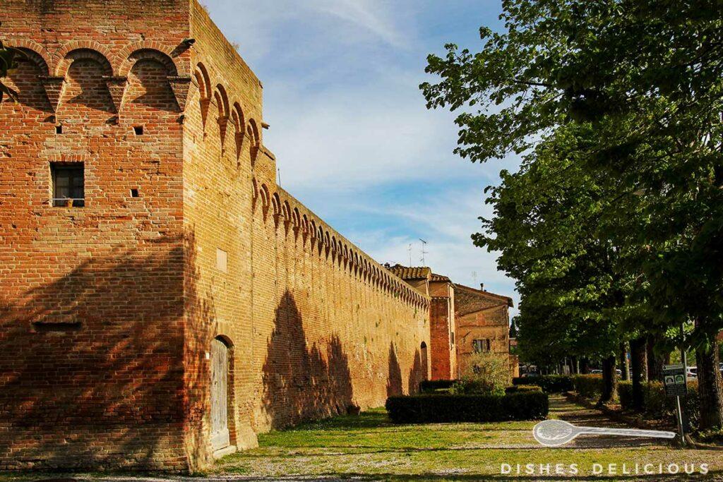 Foto von der Backstein-Stadtmauer von Buonconvento.