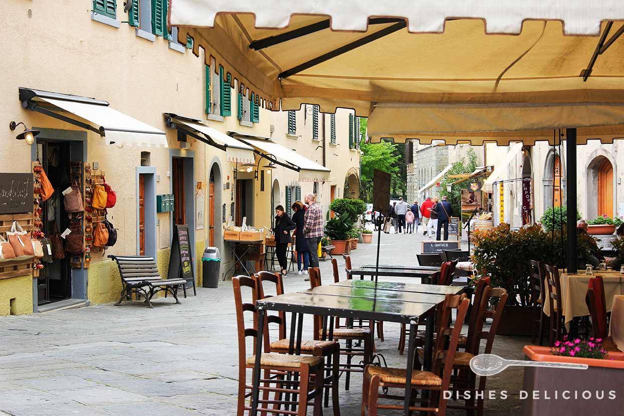 Straße mit einer Osteria und Geschäften in Castellina