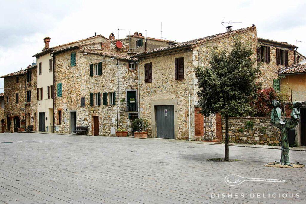 Alte Steinhäuser an einer Piazza in Castellina.