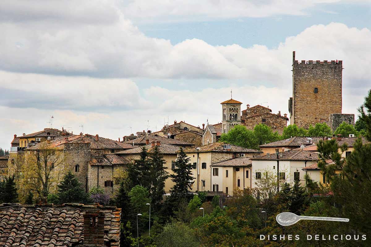 Stadtansicht von Castellina in Chianti mit dem großen Wehrturm.