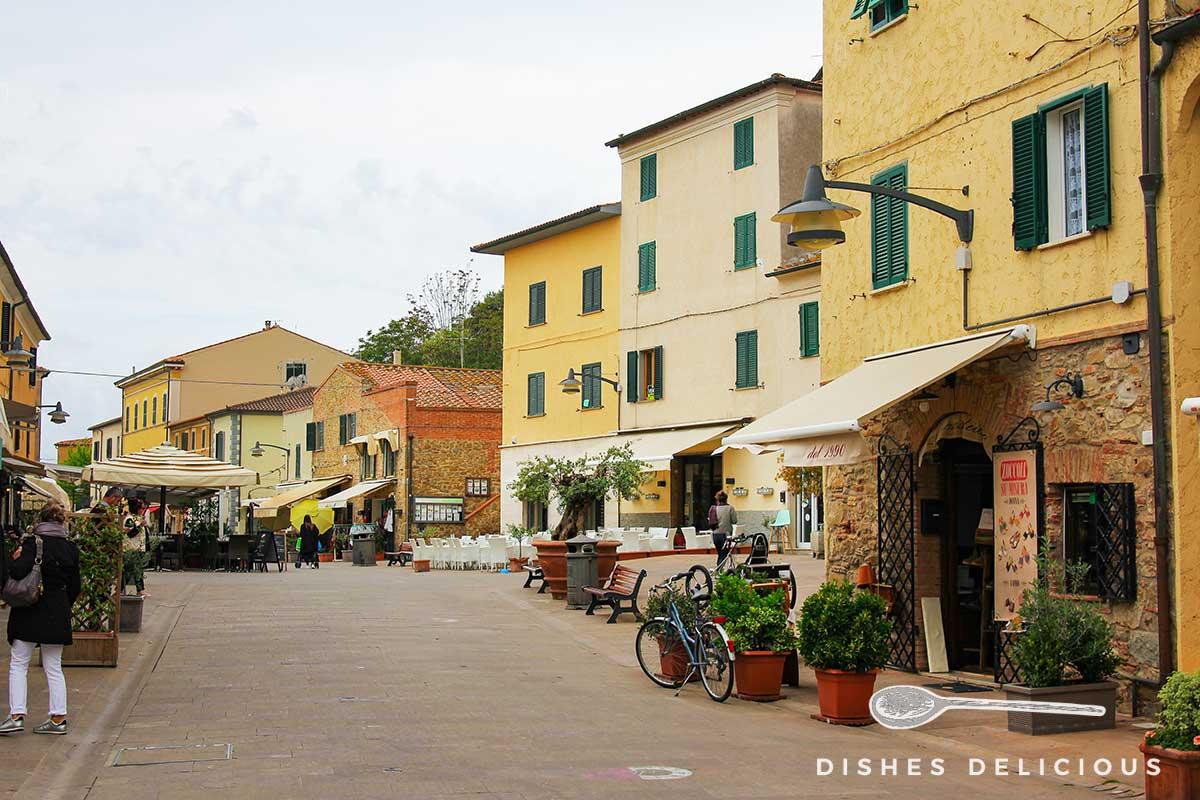Foto vom Corso in Castiglione della Pescaia mit Geschäften und Cafés.