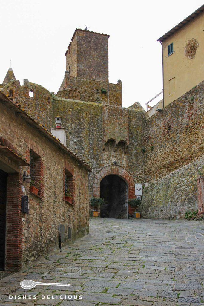 Foto einer alten Wehranlage am Eingang zu Altstadt von Castiglione della Pescaia.