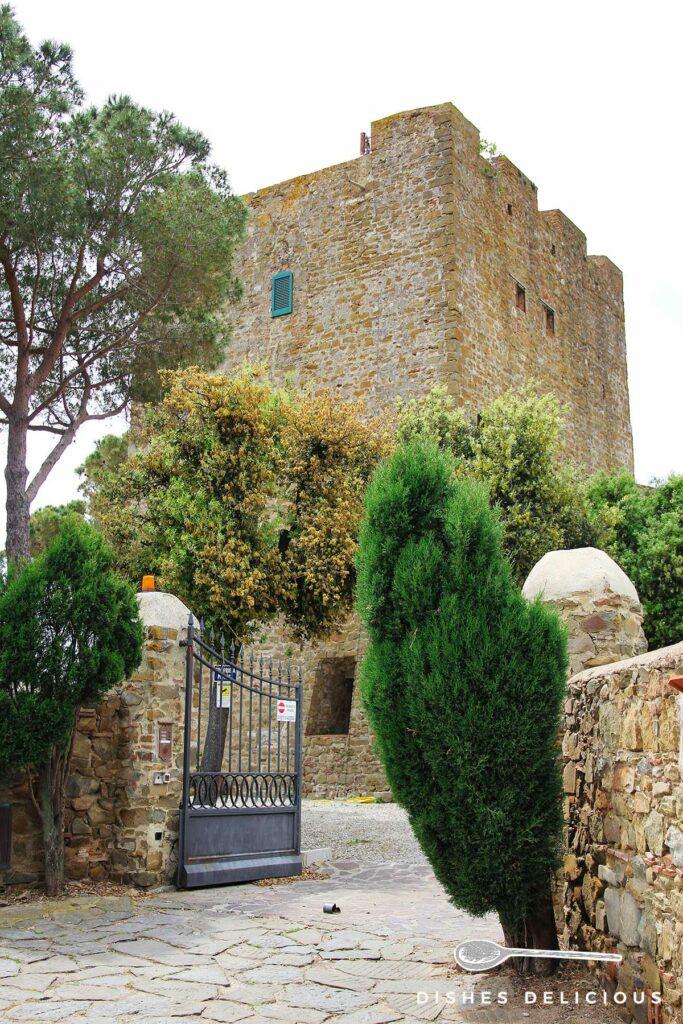 Foto vom Festungsturm des Castello in Castiglione, ein offenes Tor führt auf das Gelände.