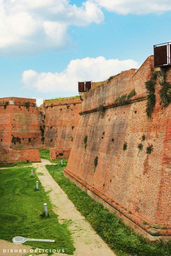 Foto von den hohen Mauern der Burganlage Cassero Senese.