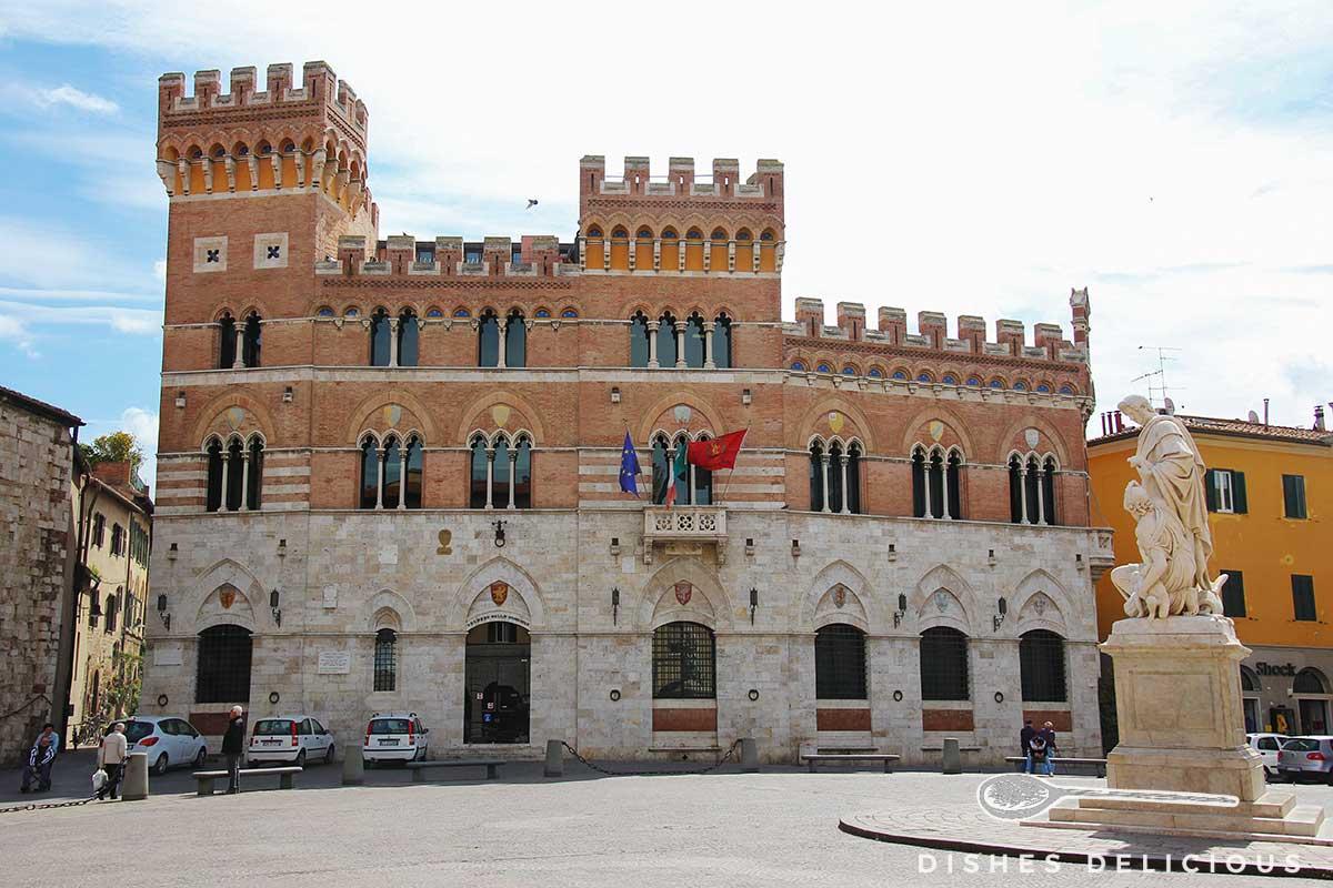 Foto vom in gotischer Architektur errichtete Palazzo Aldobrandeschi.