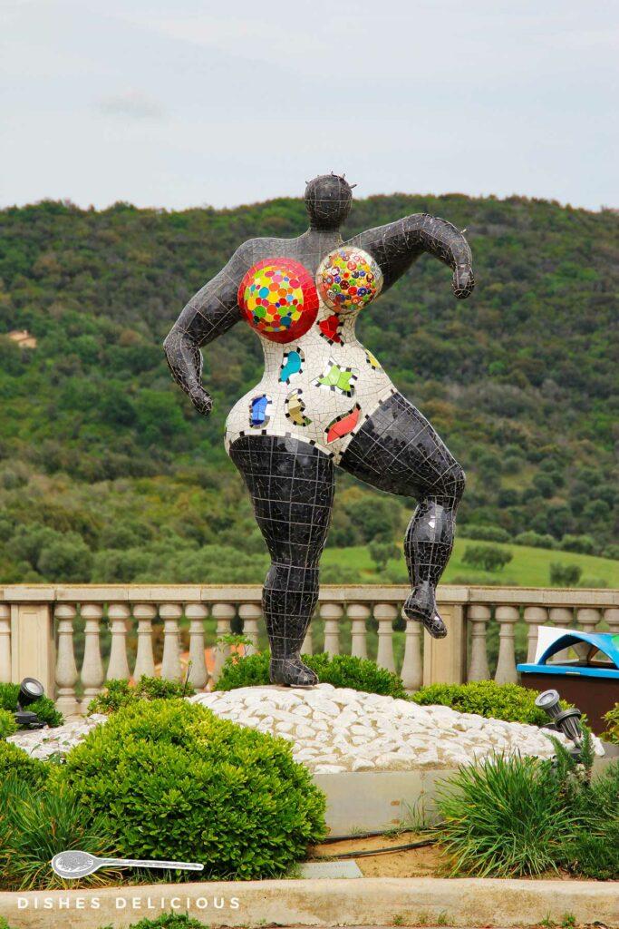 Foto einer Skulptur von Niki de Saint-Phalle in Capalbio.