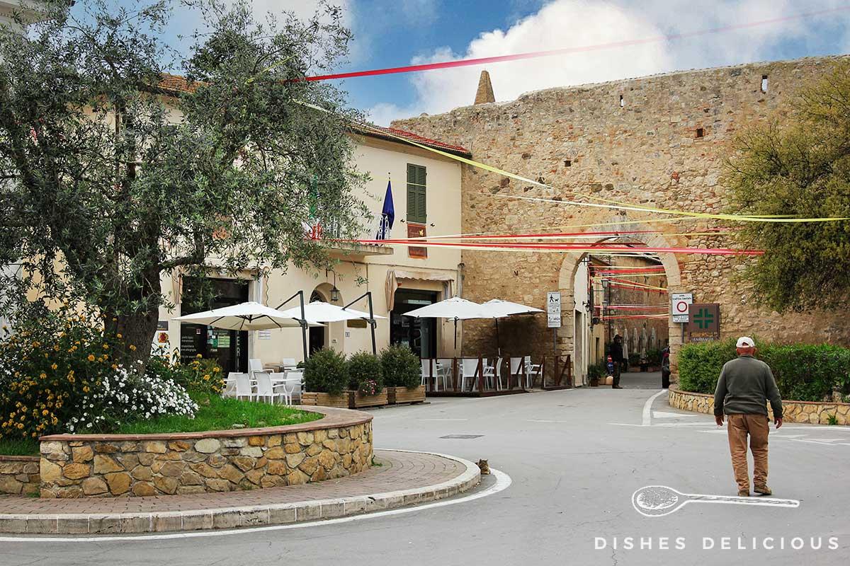 Foto vom Stadtportal am Eingang der Altstadt in Magliano in Toscana.