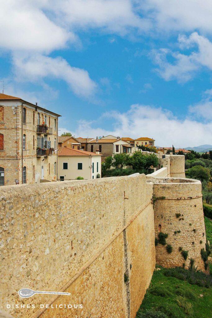 Foto der alten mittelalterlichen Stadtmauer von Magliano in Toscana.