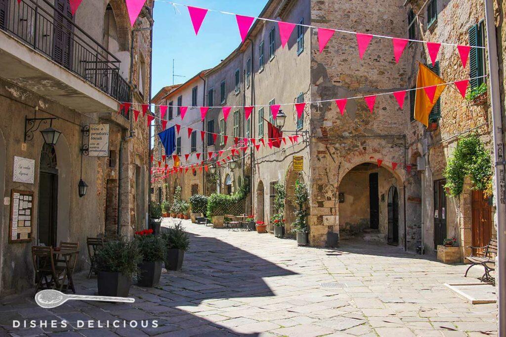 Foto einer mit Wimpeln geschmückten Fußgängerstraße in Montemerano