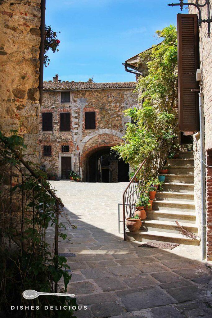Foto verschiedener alter Gebäuder an der Piazza Castello in Montemerano.