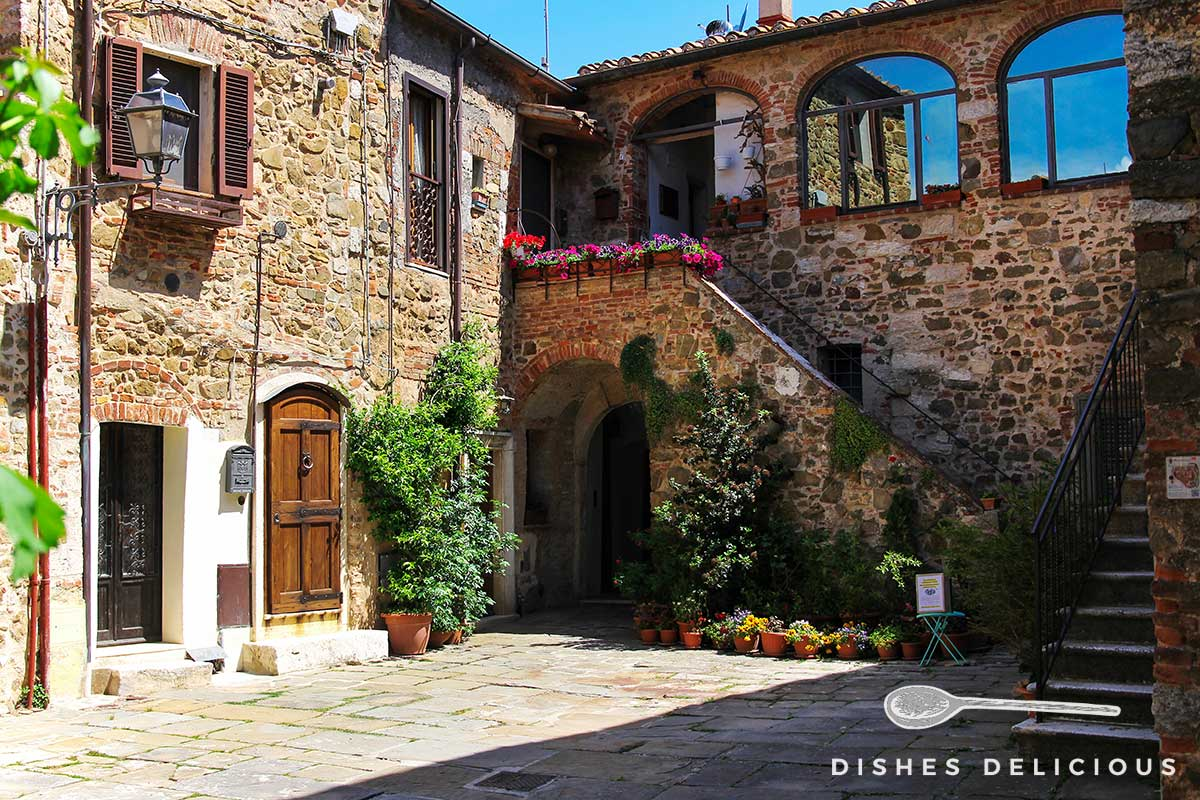 Foto von zwei angrenzenden Häusern, deren Wände mit Blumen und Pflanzen geschmückt sind.