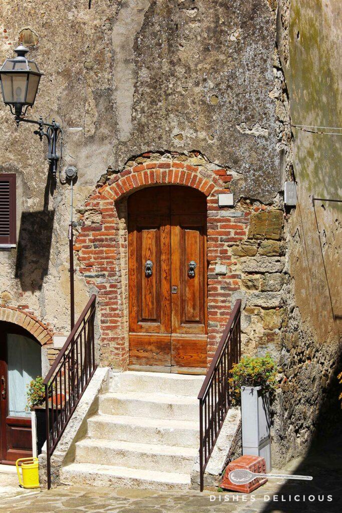 Foto einer Tür mit Treppenaufgang, die sich vom Rest des Hauses abhebt.