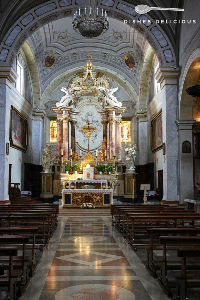 Foto des Hauptkirchenschiffs im Dom Pietro e Paolo in Pitigliano.