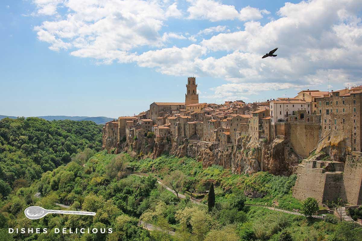 Panoramafoto von Pitigliano, das auf einer Tuffsteinebene erbaut ist.