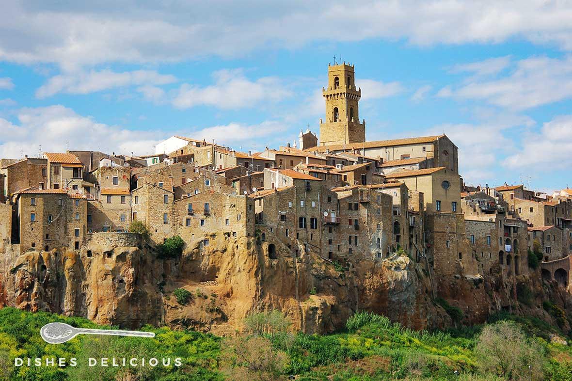 Foto von Pitigliano, das auf einem steinernen Tuffplateau erbaut ist.