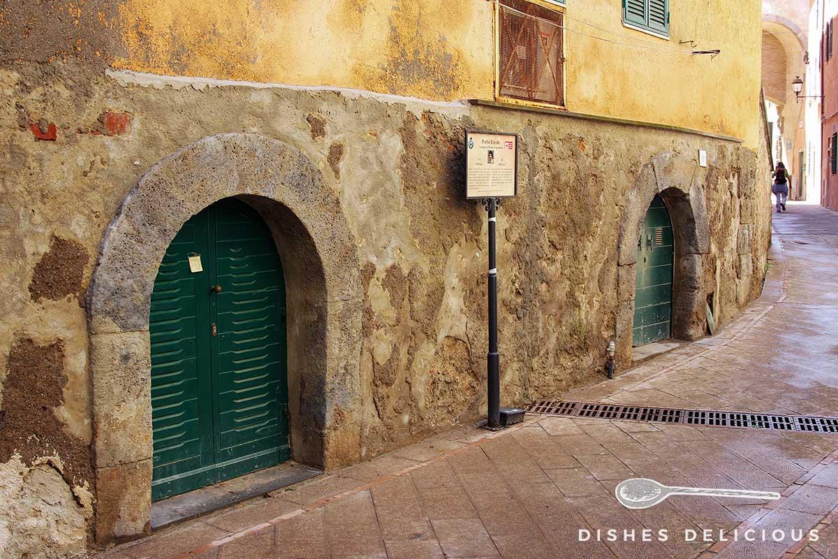 Foto von zwei niedrigen Torbögen aus dem 15. Jahrhundert in der Altstadt von Porto Ercole.