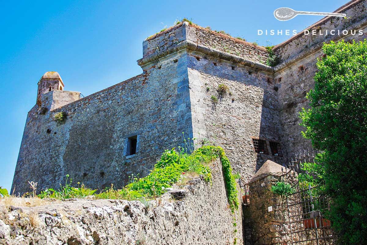 Foto von den Festungsmauern der Burg Rocca Spagnola.