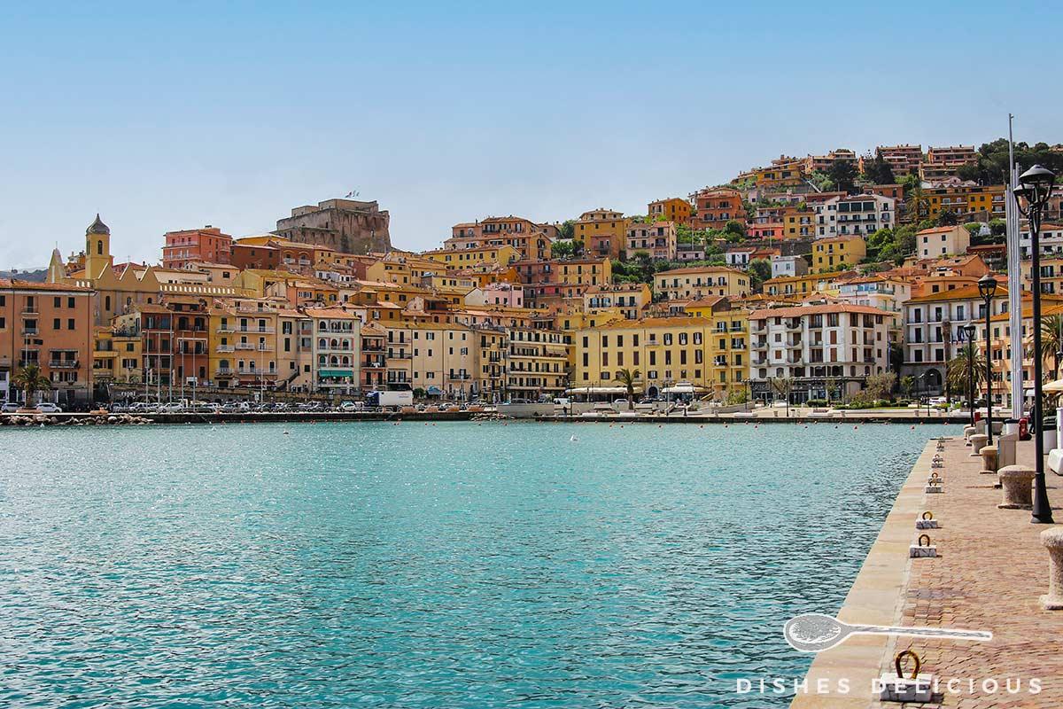Foto von Porto Santo Stefano am Lungomare und Stadtstrand.